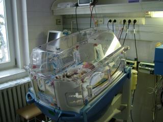 A koraszülötteket inkubátorokban helyezzük el.
